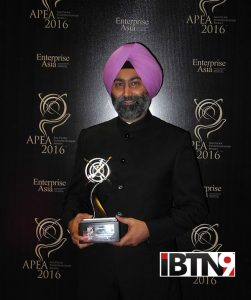 Mr-Malvinder-Mohan-Singh-with-the-APEA-Entrepreneur-of-the-Year-Award-[27296]
