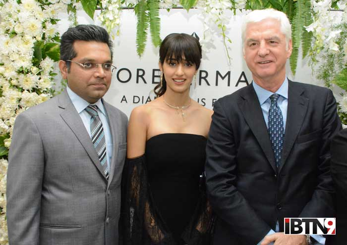 Bhavin-Jhakia-(Chairman-and-MD,-OM-Jewellers)-Disha-Patani-and-Stephen-Lussier-(Global-CEO,-Forevermark-Diamonds)-celebrating-Forevermark's-association-with-OM-Jewellers-at-Borivali-West